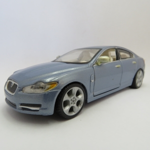 Bburago Jaguar XF model car - Scale 1/32